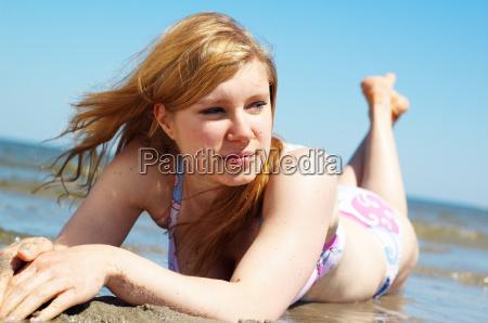 am strand liegend
