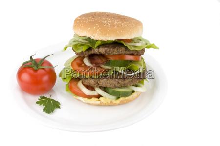 hamburger auf einem weissen teller