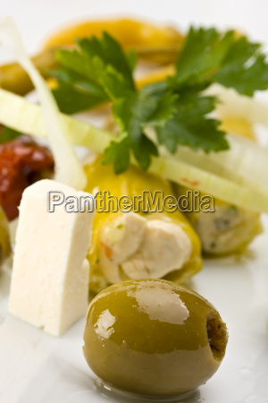 weisser teller mit antipasti oliven