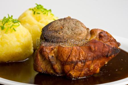 traditionellen bayerischen schweinebraten mit knoedel und