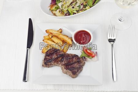 steak und pommes frites auf einem