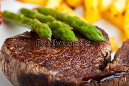 gegrilltes steak mit spargel