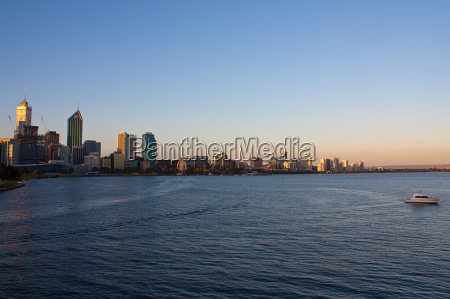 perth skyline am abend