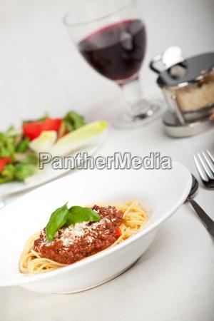 teller mit spaghetti bolognese