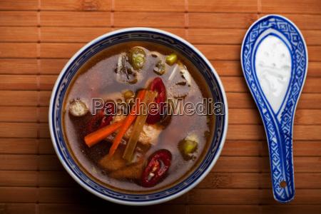chinesische suppe mit huehnerfleisch und chili