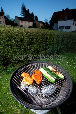 schweinesteak und zucchini auf einem grill