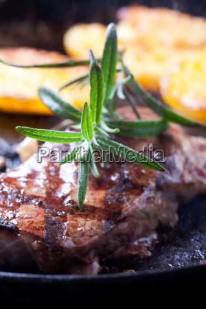 rosmarinzweig auf einem steak