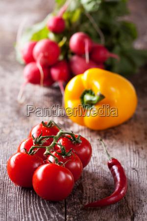 tomaten chili und radischen auf einem