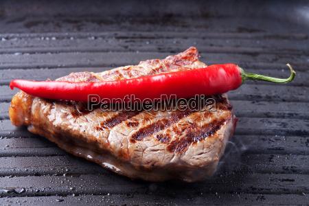 steak mit chili in einer pfanne