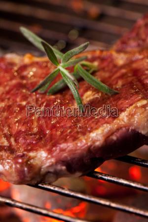 nahaufnahme von einem steak auf dem