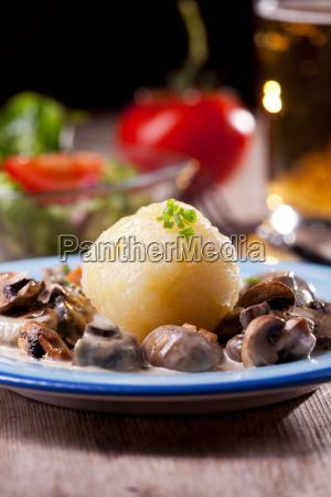 bayerische pilzsauce mit kartoffelknoedel