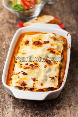 italienische lasagne in einer auflaufform