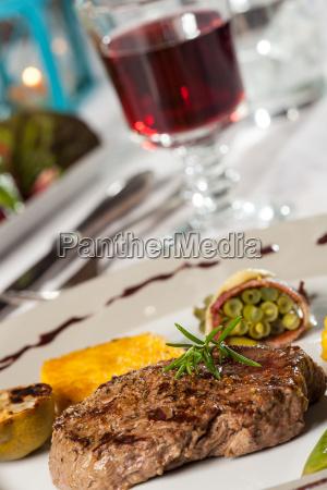 steak mit einem rosmarin zweig