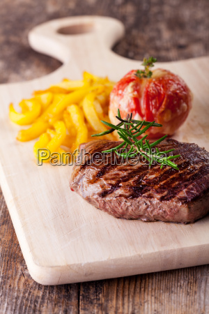steak vom grill mit pommes frites