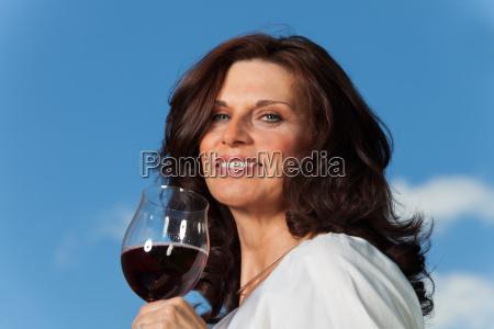 frau mit rotwein im freien