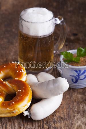 bayerische weisswurst mit bretzel und bier