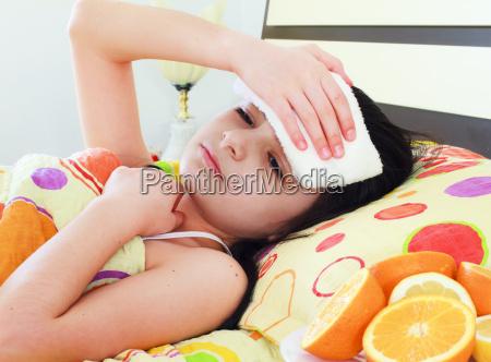 rapariga doente na cama