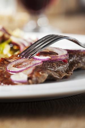 steak vom grill mit einer gabel