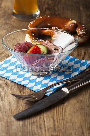 bayerischer wurstsalat auf holz