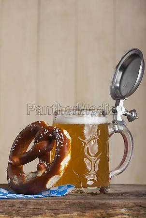 bayerisches bier und eine brezel auf