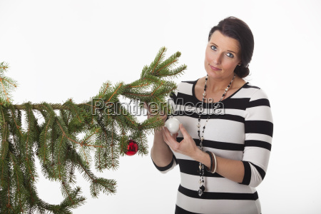 frau mit einer weihnachtskugel