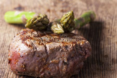 saftiges steak vom grill mit spargel