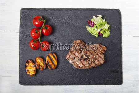 saftiges steak in einer eisenpfanne