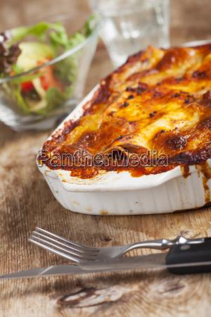 hausgemachte lasagne auf holz
