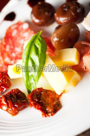 italienische antipasti auf einem teller