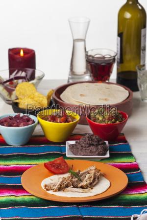 mexikanisches cochinita pibil mit tortilla