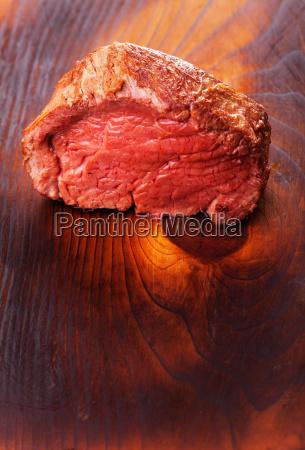 gegrilltes steak auf holz