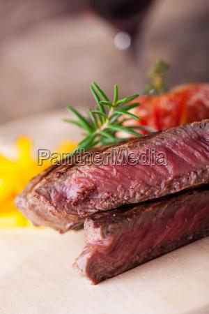 angeschnittenes steak vom grill mit pommes