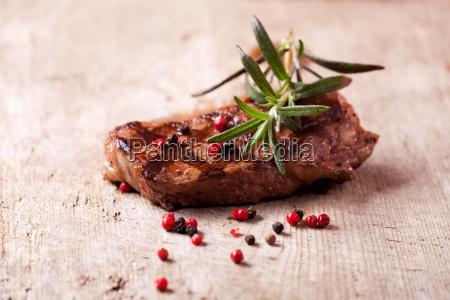 rosmarin auf einem steak