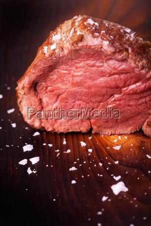 steak vom grill auf holz