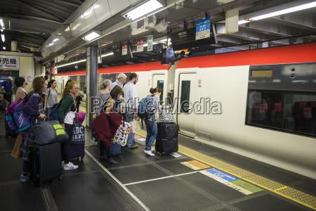esperar espera tren vehiculo transporte metro